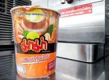 BANGKOK TAJLANDIA, STYCZEŃ, - 06: Filiżanka Tajlandzki Tom yum doprawiał ins Zdjęcia Stock