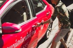 BANGKOK TAJLANDIA, STYCZEŃ, - 22: Mężczyzna próbuje łapać taxi dalej Zdjęcia Stock