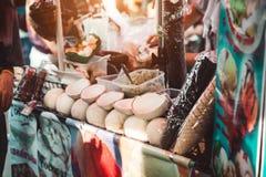 BANGKOK TAJLANDIA, STYCZEŃ, - 22: Sprzedawca uliczny sprzedaje kokosowego lód zdjęcie royalty free