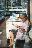 Bangkok Tajlandia, Styczeń, - 02, 2014: Tajlandzki targowy sprzedawca Obraz Stock