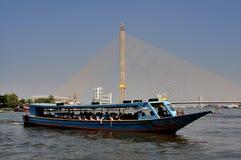 Bangkok, Tajlandia: Wodna taxi łódź, most & Fotografia Royalty Free