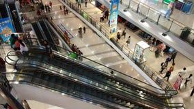 BANGKOK TAJLANDIA, WRZESIEŃ 23,2018 -: czasu upływ eskalator i ludzie przechodzi w dużym round obciosujemy przy centrum handlowym zdjęcie wideo