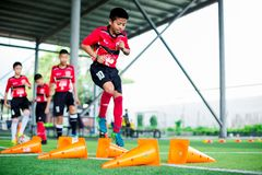 BANGKOK TAJLANDIA, WRZESIEŃ, - 16, 2018: Dzieciak piłki nożnej skoku krzyża rożka markier obraz stock