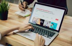 Bangkok Tajlandia, Wrzesień, - 6, 2017: Kobiety use laptop z przedstawienie ekranu Airbnb zastosowaniem Airbnb jest stroną intern obraz royalty free