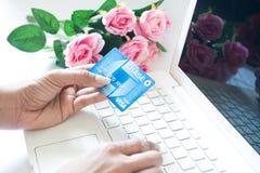 Bangkok, TH - 27. Januar 2017: Frauenhand, die Debitkarte O hält Lizenzfreies Stockbild