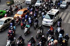 Bangkok TH: Motorcyklar på den upptagna gatan Fotografering för Bildbyråer
