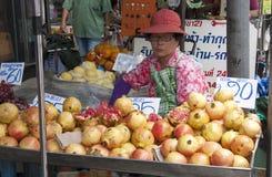 BANGKOK, 10TH Thailand-Oktober 2010: Een vrouw verkoopt granaatappel F Stock Afbeeldingen