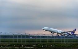 Bangkok, Thaïlande - août 19,2017 : La ligne aérienne thaïlandaise après décollent Photos stock