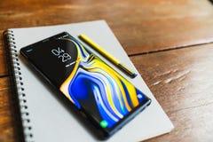Bangkok, Thaïlande - 30 août 2018 : Note 9 de galaxie de Samsung de bleu d'océan avec le stylet jaune de stylo de S sur un carnet photos libres de droits