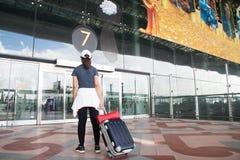 BANGKOK, THAÏLANDE - 8 AOÛT 2017 : Valise de déplacement de bagage de femme asiatique marchant dans l'aéroport de Suvarnabhumi L' Photo libre de droits