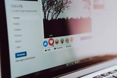Bangkok, Thaïlande - 23 août 2017 : La souris presse l'écran de Facebook sur Macbook pro, media social emploient pour information Image libre de droits