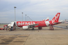 BANGKOK THAÏLANDE - Aug20 - stationnement plat d'Air Asia sur le chemin couru Photo libre de droits