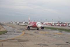 BANGKOK THAÏLANDE - Aug20 - stationnement plat d'Air Asia sur le chemin couru et Image libre de droits