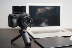 BANGKOK, THAÏLANDE 26 AVRIL 2019 : Équipement professionnel de photographie des photographes au studio Sony a6400 avec la lentill image stock