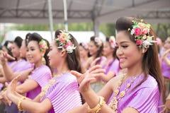 Bangkok, Thaïlande - 12 avril 2015 : Le danseur non identifié exécute Image libre de droits