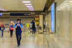 Bangkok, Thaïlande - 23 avril 2017 : Le passager est Th de marche de passage Photo libre de droits