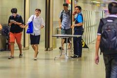 Bangkok, Thaïlande - 23 avril 2017 : Le passager est Th de marche de passage Image libre de droits