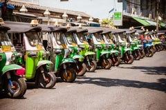 BANGKOK THAÏLANDE - 21 AVRIL 2015 : Tri roues traditionnelles de la Thaïlande Photos stock