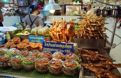Bangkok, Thaïlande : Cabine de nourriture du marché de Chatuchak Images libres de droits