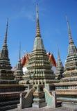 Bangkok, Thaïlande : Chedis chez Wat Pho Image stock