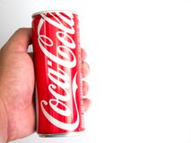 Bangkok, Thaïlande Coca-Cola classique Ca de prise du 27 janvier/2017 mains Photographie stock libre de droits