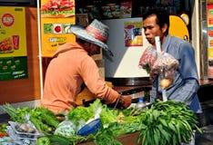 Bangkok, Thaïlande : Constructeur de nourriture sur la route de Silom Images libres de droits