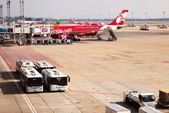 BANGKOK, THAÏLANDE - 26 DÉCEMBRE 2015 : Avions d'Air Asia avec des Bu Photos stock