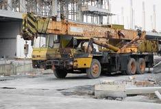 BANGKOK, THAÏLANDE - 20 DÉCEMBRE : Extrêmement un usé en bas des parcs de grue mobile au chantier de construction de la plaza de  image libre de droits