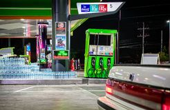 BANGKOK, THAÏLANDE - 19 DÉCEMBRE : La station de petro de Bangchak sert D photos libres de droits