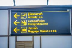 BANGKOK, THAÏLANDE - 1ER FÉVRIER 2018 : Fermez-vous du signe instructif du retrait des bagages et des arrivées à l'intérieur de B Photo libre de droits