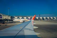 BANGKOK, THAÏLANDE - 1ER FÉVRIER 2018 : La belle vue extérieure des avions commerciaux attendent le décollage à Bangkok Image stock