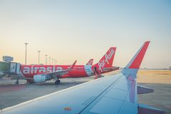 BANGKOK, THAÏLANDE - 1ER FÉVRIER 2018 : La belle vue extérieure des avions commerciaux attendent le décollage à Bangkok Photographie stock libre de droits