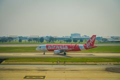 BANGKOK, THAÏLANDE - 1ER FÉVRIER 2018 : La belle vue extérieure des avions commerciaux attendent le décollage à Bangkok Photo stock
