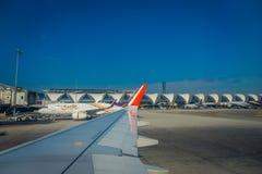 BANGKOK, THAÏLANDE - 1ER FÉVRIER 2018 : La belle vue extérieure des avions commerciaux attendent le décollage à Bangkok Photographie stock