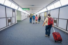 BANGKOK, THAÏLANDE - 1ER FÉVRIER 2018 : Personnes d'Unidsentified marchant dans un hall à l'intérieur d'aéroport international de Photos libres de droits
