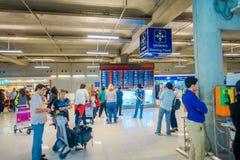 BANGKOK, THAÏLANDE - 1ER FÉVRIER 2018 : Vue d'intérieur de peopl non identifié au signe formateur de point de rencontre à l'intér Photo libre de droits