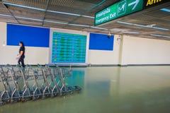 BANGKOK, THAÏLANDE - 1ER FÉVRIER 2018 : Vue d'intérieur des chariots brouillés de lugagge à l'intérieur de l'aéroport internation Image stock