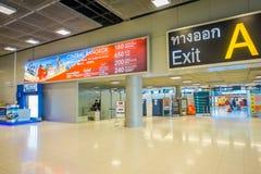 BANGKOK, THAÏLANDE - 1ER FÉVRIER 2018 : Vue intérieure de signe instructif de sortie à l'intérieur d'aéroport international de Ba Image libre de droits