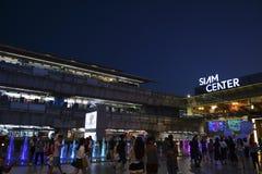 BANGKOK, THAÏLANDE 1ER MAI 2017 : Skytrain près de shoppi de centre du Siam Photos stock