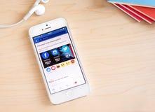 Bangkok, Thaïlande - 26 février 2016 : iPhone avec le nouveau facebook Photos libres de droits