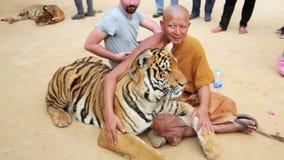 BANGKOK, THAÏLANDE - FÉVRIER 2014 : Les gens avec le temple de tigre banque de vidéos