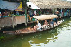 Bangkok, Thaïlande - 11 février 2018 : Les touristes ont plaisir à voyager en le bateau de rangée de touristes sur le canal de Ma Photos stock