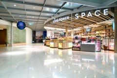 BANGKOK, THAÏLANDE - FÉVRIER 2018 : Puissance de roi une plus grands boutique hors taxe et salon à l'aéroport international de Su Photo libre de droits