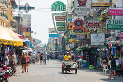 Bangkok, Thaïlande - 10 février 2015 : Route de Khaosan un backpac célèbre Photo libre de droits