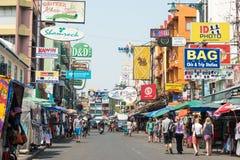 Bangkok, Thaïlande - 10 février 2015 : Route de Khaosan un backpac célèbre Photographie stock