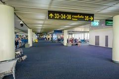 BANGKOK, THAÏLANDE - 8 FÉVRIER 2018 : Vue d'intérieur des personnes non identifiées attendant à l'intérieur de l'aéroport chez Su Photo libre de droits