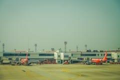 BANGKOK, THAÏLANDE - 9 FÉVRIER 2018 : Vue extérieure des avions commerciaux, Air Asia avec un contrôle de tour dans le horizont Image stock