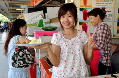 Bangkok, Thaïlande : Femme avec des échantillons de saucisse photos libres de droits