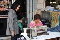Bangkok, Thaïlande : Femme avec la machine à coudre Photos stock