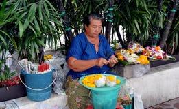 Bangkok, Thaïlande : Femme vendant des fleurs Photo stock